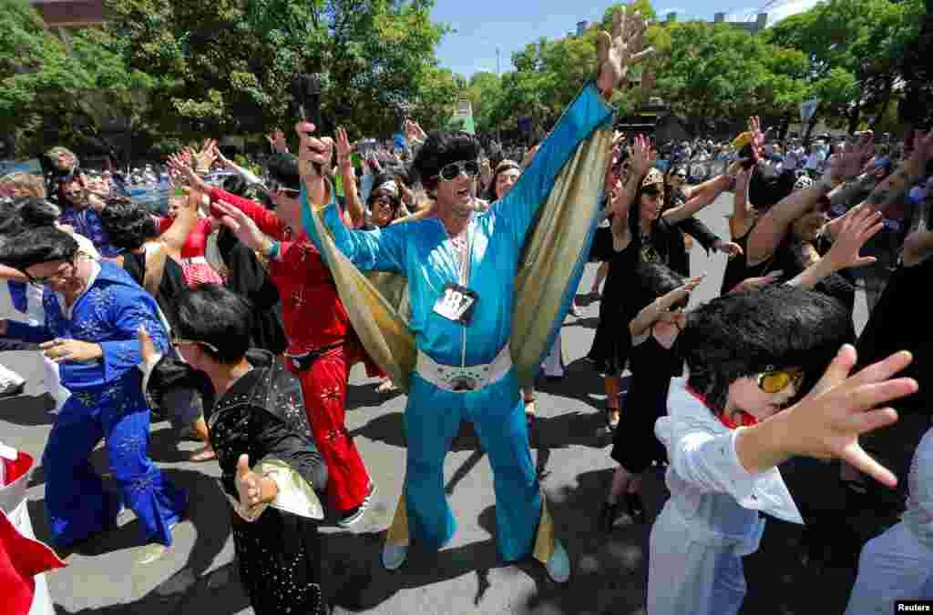 ក្មេងៗ និងមនុស្សពេញវ័យតុបតែងជាតារា Elvis Presley ចូលរួមក្នុងការដើរក្បួនតាមផ្លូវមួយនៅក្នុងពិធីបុណ្យ Parkes Elvis Festival ប្រចាំឆ្នាំលើកទី២៥ នៅក្នុងក្រុង Parkes ប្រទេសអូស្រា្តលី កាលពីថ្ងៃទី១៤ ខែមករា ឆ្នាំ២០១៧។