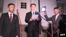 김명길 북한 외무성 순회대사가 지난 5일 스톨홀름의 북한대사관 앞에서 미-북 실무협상이 결렬됐다는 성명을 발표하고 있다.