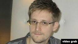 Edward Snowden lấy được những thông tin này trong khi làm chuyên viên kỹ thuật cho công ty Booz Allen Hamilton, một công ty tư nhân có hợp đồng với Cơ quan An ninh Quốc gia.
