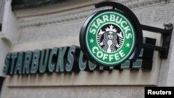 """La frase """"come together"""" o """"únanse"""" será escrita por los empleados de la compañía en los vasos de café."""