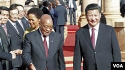 中国国家主席习近平(右)与南非总统祖马(左)在比勒陀利亚的联合大厦前。(2015年12月2日)