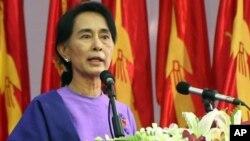 Aung San Suu Kyi memberikan pidato dakan kongres partai Liga Nasional Bagi Demokrasi atau NLD di Yangon (10/3).