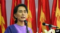 10일 민주주의민족동맹 전당대회에서 연설하는 수치 여사