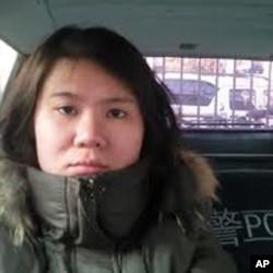 倪玉兰女儿董璇被警车带离机场
