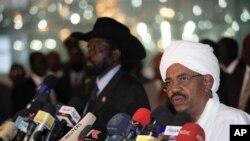 오마르 알바시르수단 대통령이 남수단의 살바 키이르(사진 좌측) 대통령과 공동 기자회견을 열고있다.(자료사진)