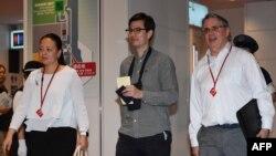 Sinh viên người Úc Alek Sigley (giữa) đến Sân bay Quốc tế Haneda ở Tokyo vào ngày 4 tháng 7, 2019, sau khi được phóng thích khỏi Triều Tiên.