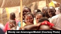 De jeunes soudanais attendant d'être vaccinés contre le choléra
