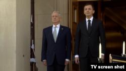 Američki sekretar za odbranu Džejms Matis i crnogorski ministar odbrane Predrag Bošković tokom ceremonije dočeka ispred Pentagona, 27. februar 2018.
