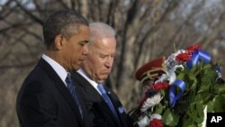 20일 백악관 취임식에 앞서 알링턴 국립묘지 내 무명용사의 탑에 헌화하는 오바마 대통령과 바이든 부통령