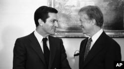 Adolfo Suárez saluda al expresidente de Estados Unidos, Jimmy Carter, en enero de 1980, a quien visitó en la Casa Blanca.