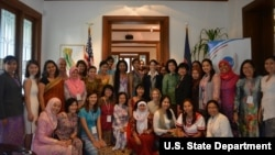 Ambassador Nina Hachigian and YSEALI members.