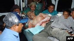 Bolničari prenose ranjenog zatvorenika u Hondurasu, gde je u požaru koji je zahvatio zatvor u Komajagvi poginulo nekoliko stotina ljudi, 15. februar 2012.