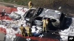 Petugas memeriksa mobil ulama Ildus Faizov yang rusak berak akibat ledakan di Kazan, 700 kilometers sebelah timur Moskow (19/7).
