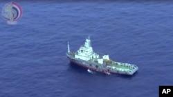Sebuah kapal Mesir berusaha mengumpulkan puing-puing pesawat EgyptAir yang jatuh di Laut Tengah 19 Mei lalu (foto: 21/5).