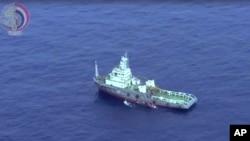 Kapal Angkatan Laut Mesir mencari puing-puing pesawat EgyptAir di Laut Mediterania.