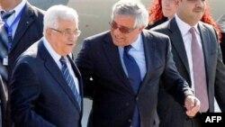 Tổng thống Palestine Mahmoud Abbas được Ngoại trưởng Bosnia Sven Alkalaj (phải) đón tiếp tại sân bay quốc tế Sarajevo, ngày 14/8/2011