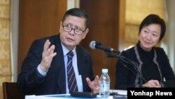 지난해 11월 한국을 방문한 마주르끼 다루스만 유엔 북한인권 특별보고관(왼쪽)이 기자회견을 열고 북한인권 관련 내용을 발표하고 있다. (자료사진)