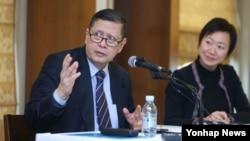 한국을 방문한 마주르끼 다루스만 유엔 북한인권 특별보고관(왼쪽)이 15일 서울 외신기자클럽에서 기자회견을 열고 북한인권 관련 내용을 발표하고 있다.