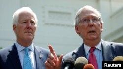 19일 미치 매코넬 공화당 상원 원내대표와 존 코닌 원내총무가 트럼프 대통령과 건강보험법 관련 논의를 한 뒤 기자회견을 열고 있다.