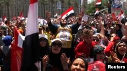 支持军方而反穆尔西的群众示威。2013年7月26日