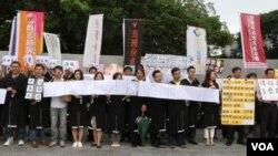 台灣律師反穿律師袍聲援中國被關押維權人士。(視頻截圖)