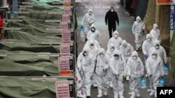 Para pekerja di pasar menyemprotkan cairan disinfektan di sebuah pasar di Kota Daegu, 23 Februari 2020.