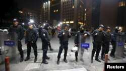 Turkish riot police stand guard in front of the Justice Palace in Istanbul, March 31, 2015.