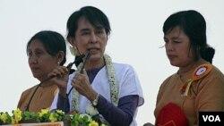 Aung San Suu Kyi berkampanye di pinggiran Rangoon dalam upaya menjadi anggota parlemen Burma dalam pemilu mendatang (11/2).