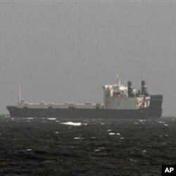 Le M/V Fina au large de la Somalie, près de Hobyo, lors du paiment de la rançon