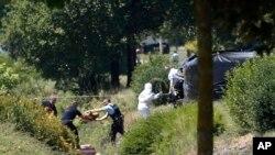 26일 프랑스 리옹 인근 미국계 가스공장에서 테러가 발생한 가운데 경찰이 사건 현장을 수색하고 있다.