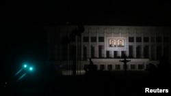 지난 2013년 7월 불 꺼진 평양의 밤 거리에 김일성·김정일의 초상화가 걸려있다. (자료사진)