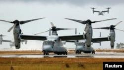 Bốn chiếc máy bay vận tải Ospreys từ tàu Hải quân Mỹ USNS Charles Drew trên đường băng của sân bay Tacloban, ngày 14/11/2013.