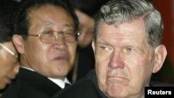 지난 2004년 6월 중국 베이징에서 열린 북 핵 협상에서 제임스 켈리 당시 미국 국무부 동아시아태평양 당당 차관보(오른쪽)와 김계관 북한 외무성 부상이 중국 대표의 발언을 듣고 있다. (자료사진)
