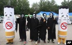 韩国首尔的活动人士装扮成香烟和死神,以活报剧来纪念世界无烟日。2012年5月31日