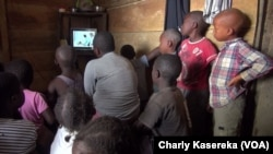 "Les enfants regardent la télévision à l'orphelinat ""Maman Marie"" de Beni, en RDC, 17 octobre 2018. (VOA/Charly Kasereka)"