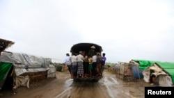 风暴逼近缅甸若开邦数万难民大逃亡