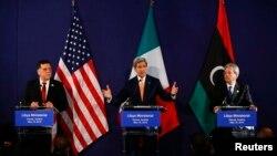 Премьер-министр Ливии Файез Аль-Сарадж, госсекретарь США Джон Керри и министр иностранных дел Италии Паоло Джентилони на пресс-конференции в Вене, Австрия, 16 мая 2016.