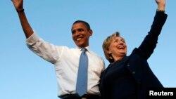 Ông Obama và bà Clinton vẫy chào đám đông trong cuộc vận động tranh cử ở Orlando, Florida ngày 20/10/2008.