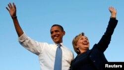 지난 2008년 10월 미국 대통령 선거를 앞두고 바락 오바마 당시 민주당 대선 후보가 자신의 유세를 지원하기 위해 나온 힐러리 클린턴 상원의원과 지지자들을 향해 손을 흔들고 있다. (자료사진)
