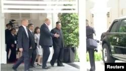 川普总统向金正恩展示他的总统专车。(2018年6月12日)