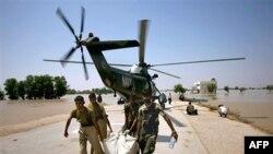 Dostava humanitarne pomoći postradalima u Pakistanu helikopterom