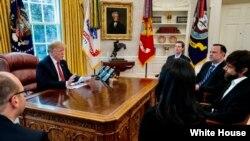 پرزیدنت ترامپ در دفتر خود در کاخ سفید با «جک دورسی» (مرد با ریش) مدیر اجرایی توئیتر گفتگو کرد.