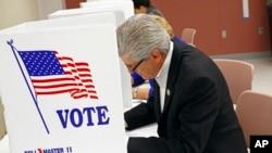 3일 미국 미시시피 주 잭슨 시에서 필립 브란트 주지사가 자신의 연임 투표에 선거권을 행사하고 있다.