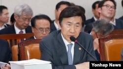 윤병세 한국 외교부 장관이 19일 국회에서 열린 외교통일위원회 전체회의에서 질의에 답하고 있다.