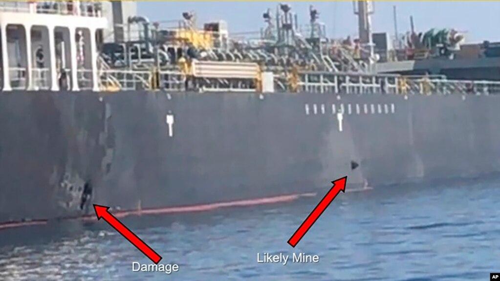 Hải quân Mỹ hôm 13/6 công bố ảnh về 2 vật thể nghi là thủy lôi từ tính gắn vào tau Kokuka Courageous