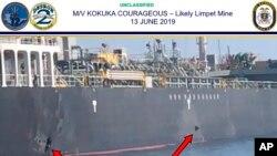 """Në këtë foto të botuar nga Komanda Qendrore e Ushtrisë Amerikane tregohet dëmi i shkaktuar nga minat ndaj anijes """"Kokuka Courageous"""" në gjirin e Omanit, pranë bregdetit iranian"""