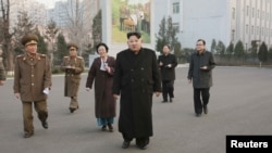 El líder norcoreano Kim Jong Un (centro) visitó el sitio revolucionario Phyongchon, en Pyongyang, el jueves, 10 de diciembre de 2015.