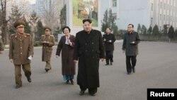 """북한 김정은 국방위원회 제1위원장이 최근 개보수를 마친 평천혁명사적지를 시찰했다고 조선중앙통신이 지난 10일 보도했다. 김 제1위원장은 이날 """"우리 수령님(김일성 주석)께서 이곳에서 울리신 역사의 총성이 있었기에 오늘 우리 조국은 자위의 핵탄, 수소탄(수소폭탄)의 거대한 폭음을 울릴 수 있는 강대한 핵보유국으로 될 수 있었다""""고 말했다. (자료사진)"""