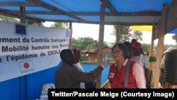Pascale Meige de la Fédération internationale des Sociétés de la Croix-Rouge et du Croissant-Rouge (IFRC), se fait prélever la température au terme d'une visite dans les zones touchées par Ebola, Beni, Nord-Kivu, RDC, 1er septembre 2018. (Twitter/Pascale