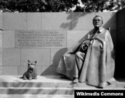 Статуя Фалы находится рядом с памятником президенту Рузвельту в Вашингтоне